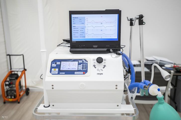 Kész lélegeztetőgép a BM Heros Zrt. a higiéniai és biztonsági követelményeknek maximálisan megfelelő szűrt levegőjű lélegeztetőgép-összeszerelő sátrában 2020. május 28-án.