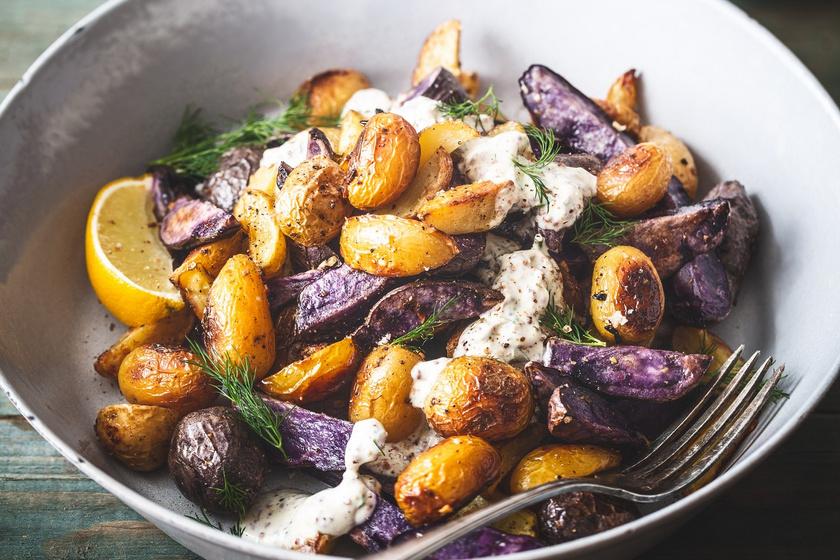 Ropogósra sült tepsis krumpli mustáros szósszal: egyszerű, ínyenc köret