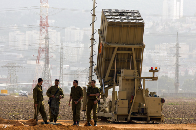 Az izraeli Iron Dome védelmi rendszer egyik rakétaelhárító egysége. Izrael szerint reális a veszély, hogy szíriai rakéták izraeli területen csapódhatnak be, ezért van szükség megelőző csapásokra és politikai nyomásgyakorlásra.
