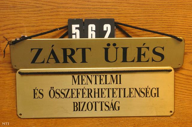 2006. Zárt ülést jelző tábla az Országgyűlés mentelmi és összeférhetetlenségi bizottsága ajtaján amely mögött Orbán Viktor a Fidesz - Magyar Polgári Szövetség elnöke országgyűlési képviselővel szembeni vagyonnyilatkozati kezdeményezést tárgyalják.