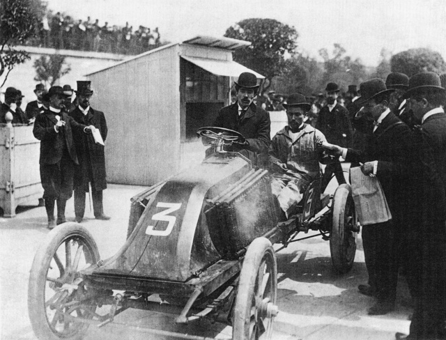 A világot bejárt felvétel. Fernand Renault közli bátyjával, Louis-val Marcel súlyos balesetét a bordeaux-i ellenőrzésnél