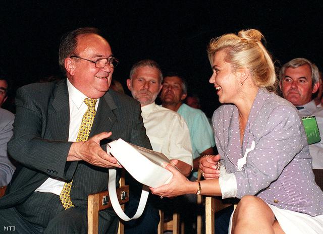 2000. június 15: Torgyán József az FKGP egykori fővárosi elnökével, Liebmann Katalinnal – aki később könyvet írt a pártelnök nagy szerszámáról – a magyar Gazda rendezvénysorozat zárórendezvényén. Liebmannt később kizárták a pártból, de polgári pert nyert Torgyán ellen, mert vele összefüggésben a következő kifejezéseket használta: széltyúk, ejtőernyős, bűnöző.