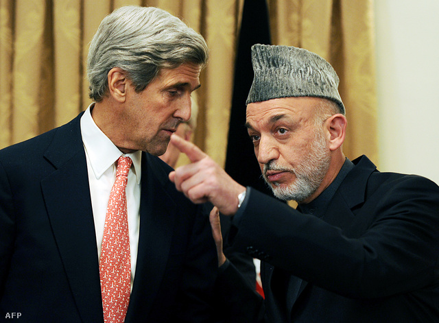 Kerry és  Hamid Karzai 2009-ben
