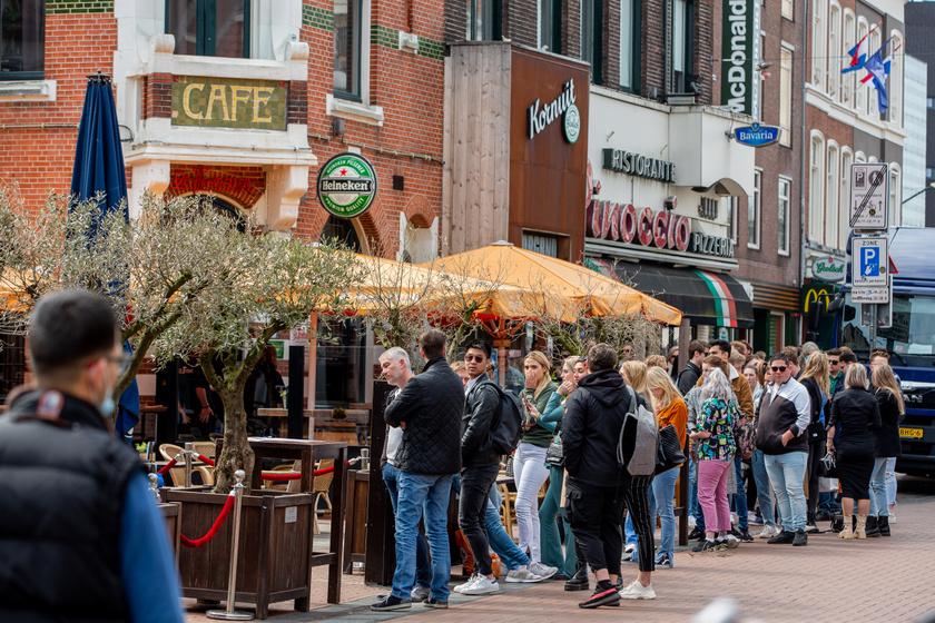 A teraszok nyitása Hollandiában, Nijmegenben.