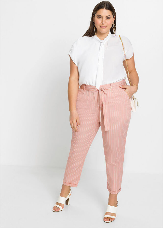 A Bonprix rózsaszín nadrágja amellett, hogy nagyon nőies, még az alakot is formálja kötős derékrészének és halvány csíkos mintázatának köszönhetően. 7799 forintért veheted meg.