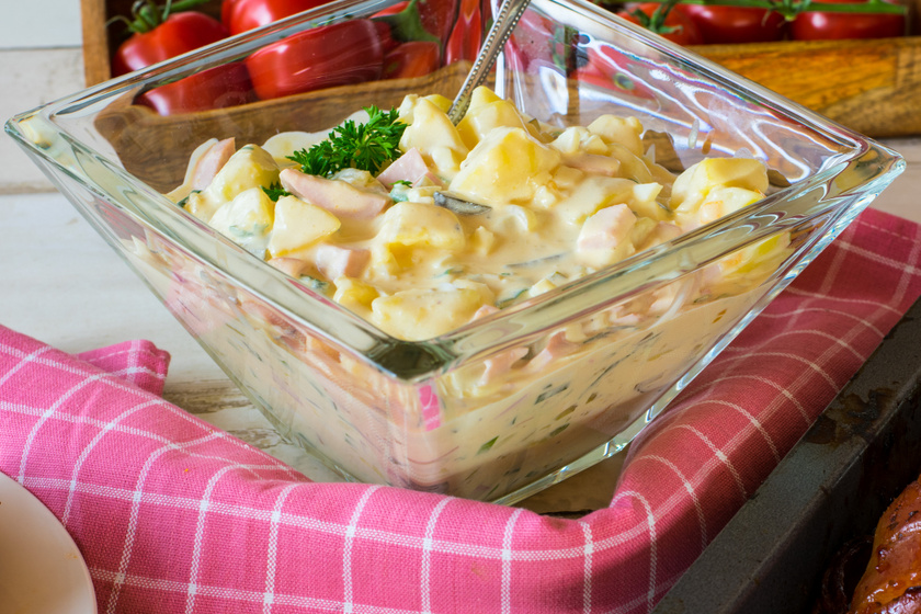 Isteni újkrumplis virslisaláta: majonézes finomság német recept szerint