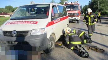 Mentőautó alá szorult egy motoros Dabasnál