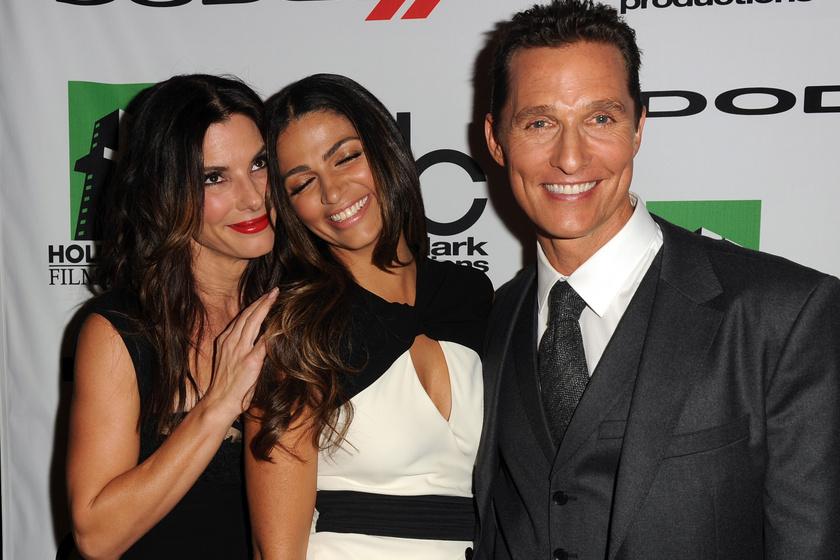Ez a felvétel 2013-ban, 15 évvel a szakításuk után készült a Hollywood Film Awards-díjátadón. Szemmel látható, hogy Bullock és McConaughey között semmi feszültség sincs, ráadásul a színész felesége, Camila is odavan a filmcsillagért.