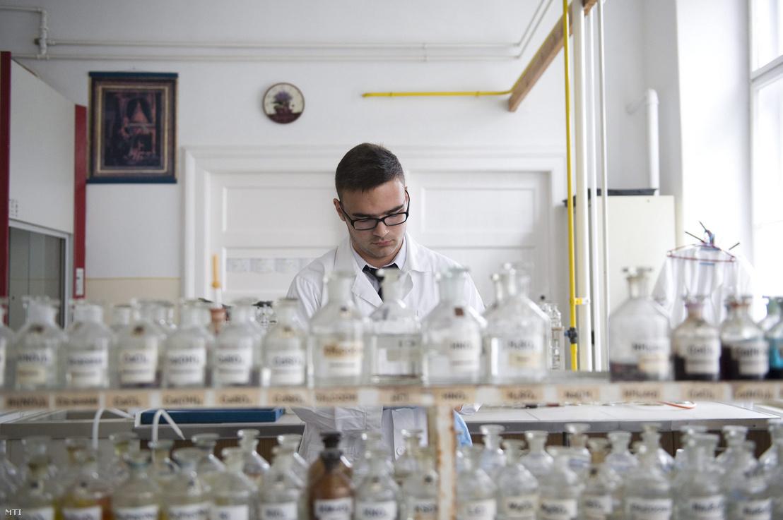 Egy tanuló az érettségi vizsgáján kísérletezik egy gyakorlógimnázium kémiai laboratóriumában 2013. június 6-án