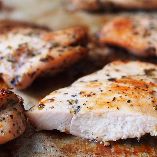 Citromborsos kéregben sült csirkemell: vajpuha lesz a fűszeres hús