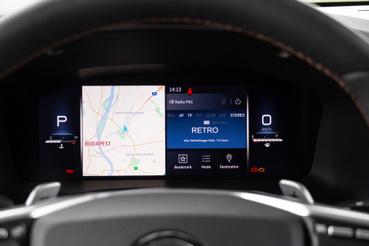 Akár például a navigációs térkép is megjeleníthető a műszeregységen. Így szem előtt van, head-up-display nem rendelhető