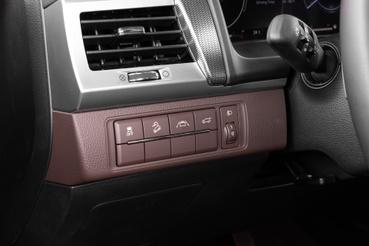 ESP kikapcsoló, lejtmeneti segéd, sávelhagyásra figyelmeztető rendszer és a motoros csomagtér-ajtó nyitás gombjai