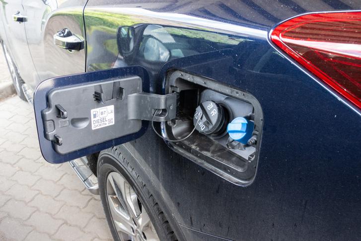 Időnként AdBlue-t is kell tankolni a gázolaj mellé. A mennyisége a műszerfalon is követhető. A tartálya viszont kiszorította a pótkereket