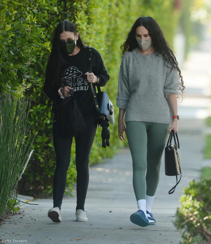 Demi Moore színésznőnek évek óta kibontva látni a védjegyszerűen hosszú, sötét haját.