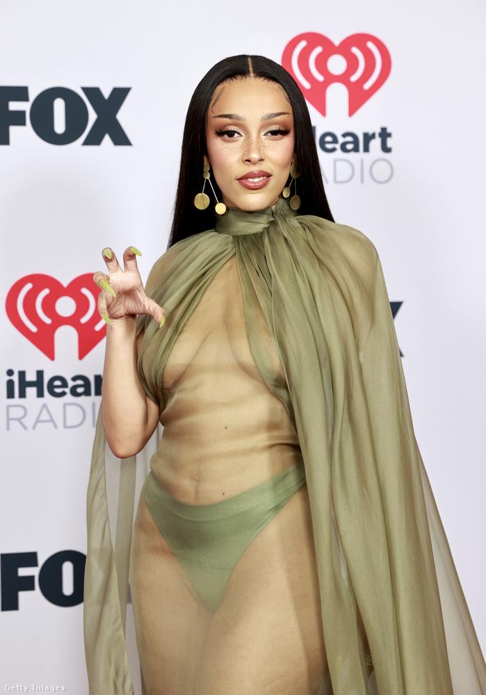 Ezt a ruhát Brandon Maxwell tervezte a nemzetközi szaksajtó szerint, ami olyan szempontból érdekes információ, hogy- ezek szerint egy ruha,- ezek szerint tényleg megtervezte valaki.Járulékos információ, hogy Gigi Hadid modell is ilyet viselt az egyik terhesfotózásán, erről itt láthat képi bizonyítékot.