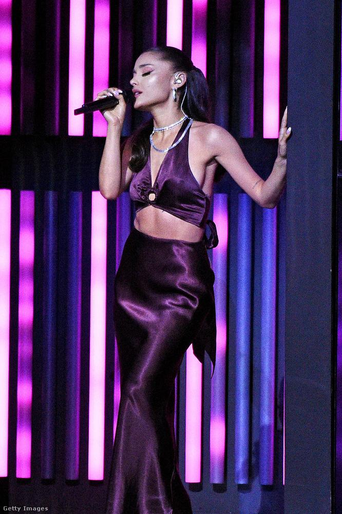 Fellépett még az esten Ariana Grande, aki nemrég stikában férjhez ment Dalton Gomez ingatlanügynökhöz.