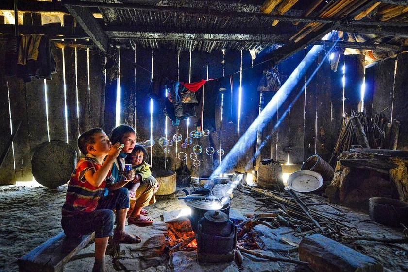 Vietnámban, ebben a szalmatetejű fakunyhóban se fűtés, se gáz, se villany nincs. A szegény sorsú gyerekeknek nem jut drága ajándékra, mégsem ettől függ a boldogságuk. Egy egyszerű buborékfújóval is remekül szórakoznak.