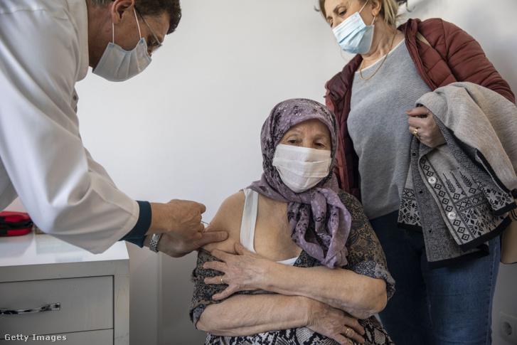 Egy 89 éves nőt oltanak a koszovói Prizrenben a Covax első Pfizer-szállítmányából 2021. április 9-én
