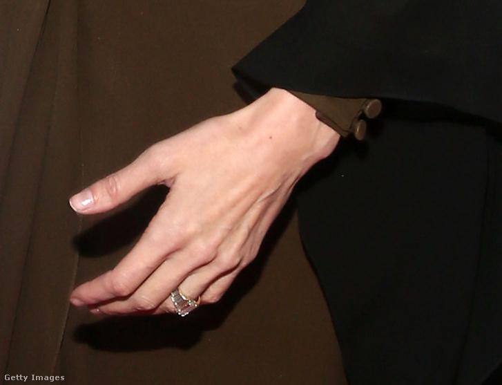 Angelina Jolie eljegyzési gyűrűje