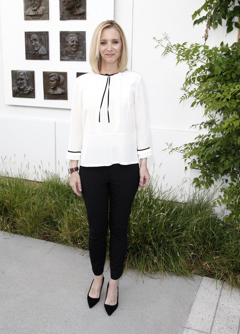 Egyszerű, mégis nagyon sikkes és elegáns ez a fehér blúz - fekete nadrág kombináció. A hegyes orrú cipőtől pedig csak még csinosabb lesz a szett.