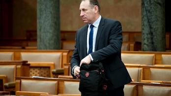 Blikk: Ausztriába ment Hugo Boss-öltönyt venni a kenőpénzből a fideszes Boldog István