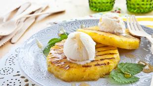 Gyümölcs a grillen: ananász és banán rummal, vaníliafagyival és kókuszcsipsszel