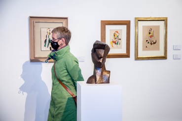 Látogató a tárlaton Szobor: Csáky József: Kusbista fej, 1914., bronz, 38,5 cm, Galerie Le Minotaure, Párizs