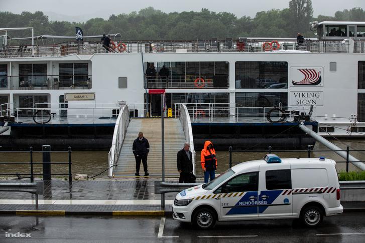 A rendőrség egy autója áll a Viking Sigyn szállodahajó előtt a balesetet követő napon, 2019. május 30-án