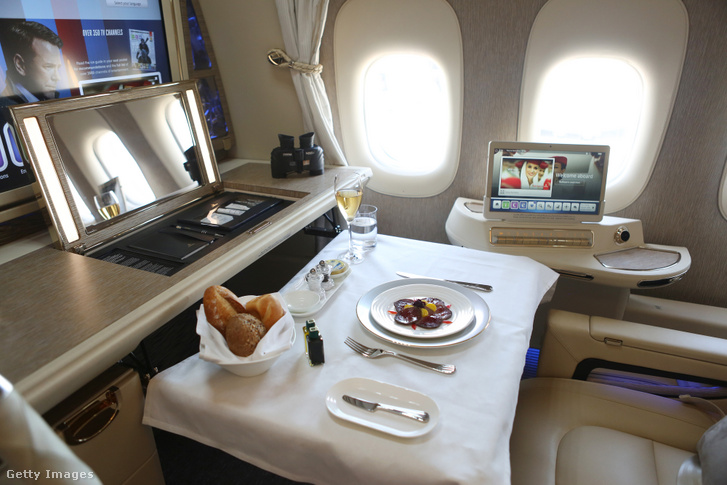 Ebéd egy First Class-on utazónál az Emirates Airlines egyik járatán
