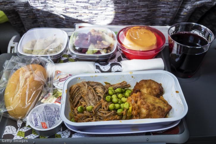 Tépett marha borsóval és egyéb köretekkel a TAP Air Portugal egyik járatán