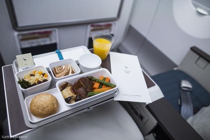 A Cathay Pacific Airways menüje egyik járatán az Economy Class utasainak