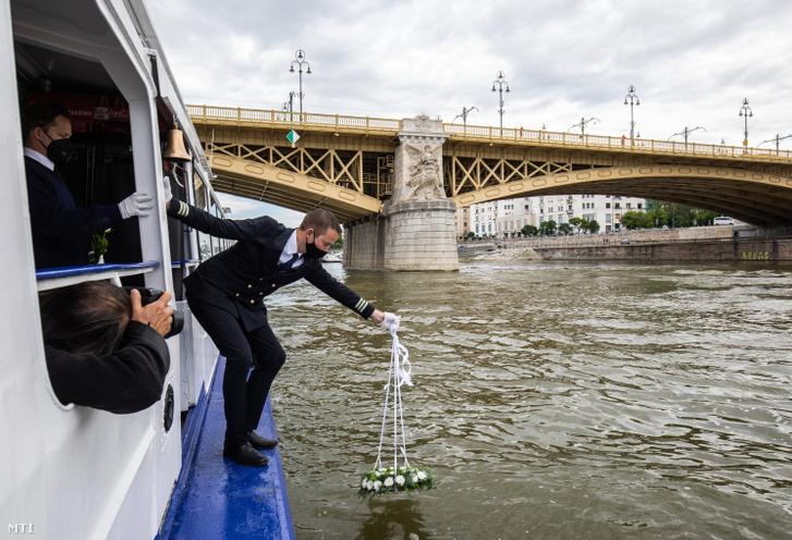 Vízre helyezik a koszorút a Hableány sétahajó 28 áldozatot követelő balesete áldozatainak emlékére tartott ökumenikus megemlékezésen egy hajón a Dunán, a Margit híd közelében 2021. május 29-én