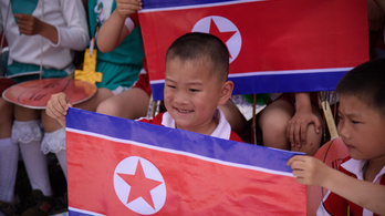 Észak-Korea szerint az árva gyerekek önként és dalolva dolgoznak a bányákban