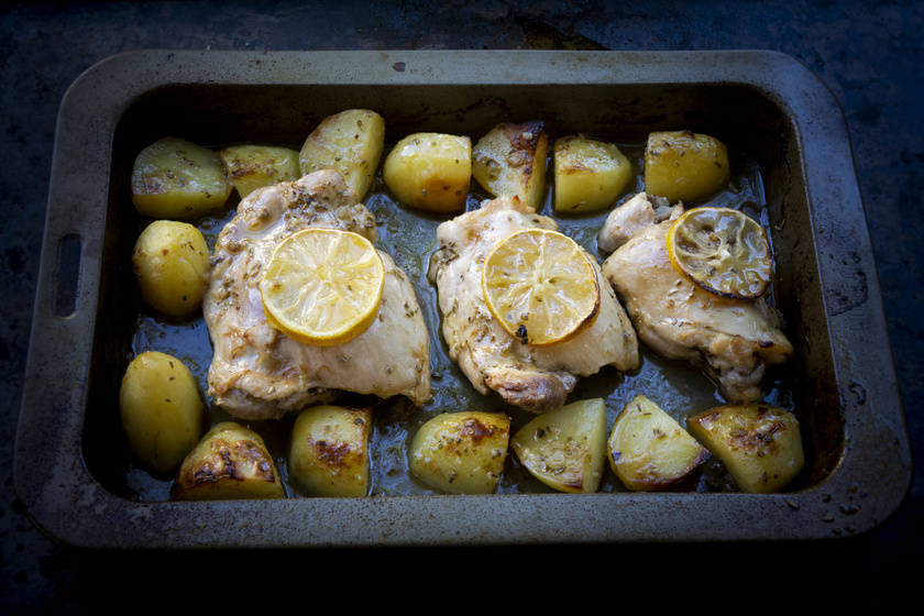 Vajas-citromos tepsis csirke: süsd vele együtt a krumplit is