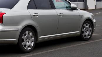 Recsegő váltó a Toyota Avensisben