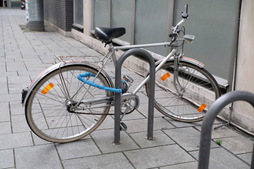 Ezen a ponton rögzítsd a kerékpárt!