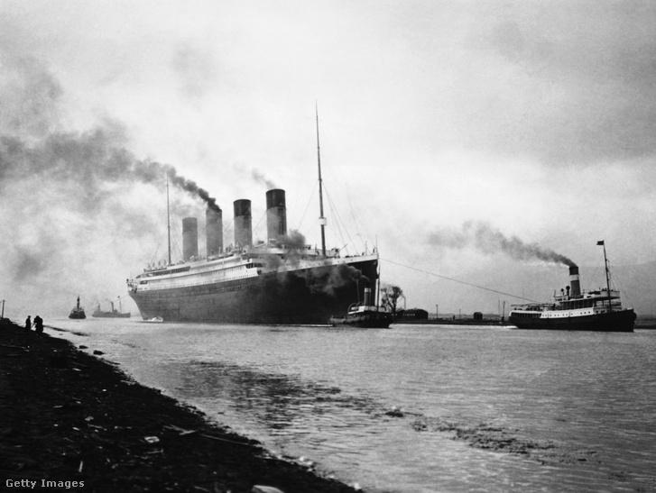 Az RMS Titanic tengeri próbaútján elhagyja Belfast kikötőjét 1912-ben