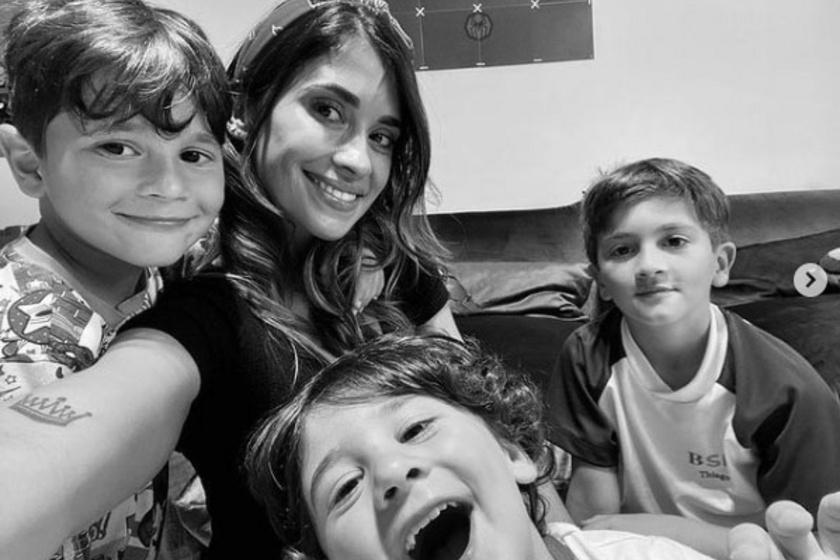 Lionel Messi és felesége három gyermeke irtó édes ezen a fotón.