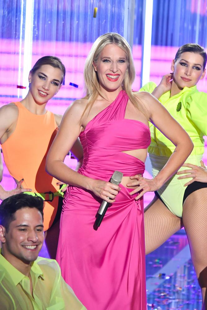Az est fellépőinek nagy részét Kiss Márk öltöztette, neki köszönhetjük Wolf Kati rózsaszín, félvállas ruháját is