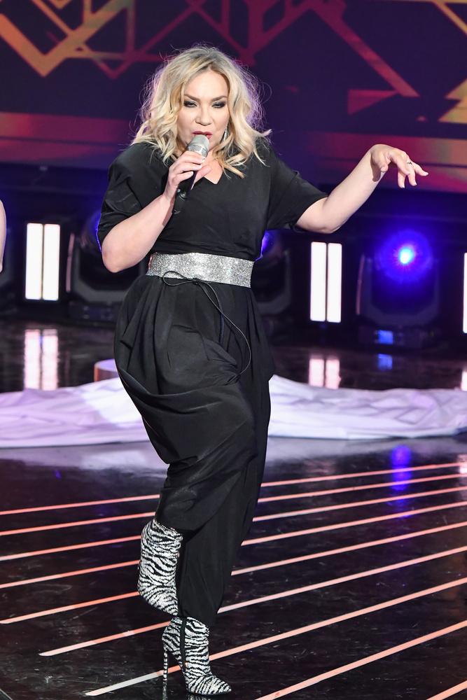 A Cotton Club Singers énekesnője, Szűcs Gabi fekete overálban énekelt