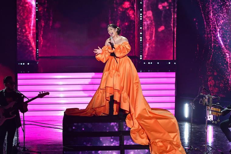 Radics Giginek is Kiss Márk tervezte az anyagban gazdag fellépő ruháját