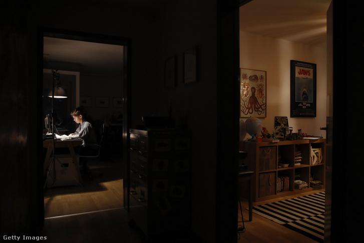 Egy nő otthonról dolgozik 2020. augusztus 23-án Bernben, Svájcban