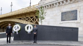 Süllyedő vonalú gránitkő őrzi a Hableány áldozatainak emlékét