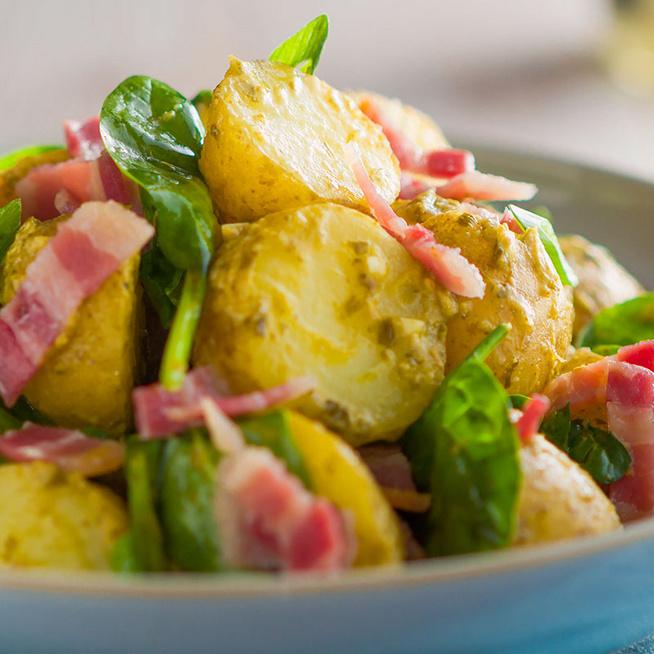 Krémes pestóba forgatott újkrumpli baconnel: könnyed főételként is megállja a helyét