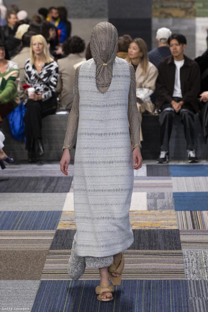 Miközben ön a modell arcvonásait próbálja kitalálni a fátyolon keresztül, addig hadd tegyem hozzá, hogy jelenleg zajlik Syndey divathete Afterpay Australian Fashion Week címmel, és jelenleg a 2022-es, úgynevezett resort collectionöket mutatják be, ez is egy ezek közül