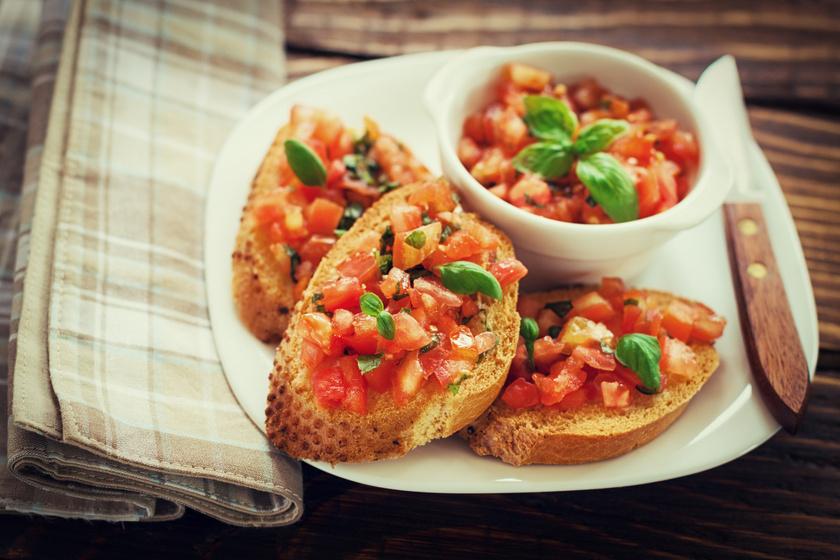 Az ínycsiklandó bruschetta az olaszok népszerű, percek alatt összedobható előétele. Az antipasto általában paradicsommal, bazsalikommal és fokhagymával készül, de akár mozzarellával is gazdagíthatod. Ropogós kenyérrel tálald.