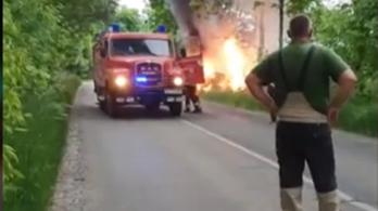 Égő kocsiból mentettek ki egy embert Tóalmásnál