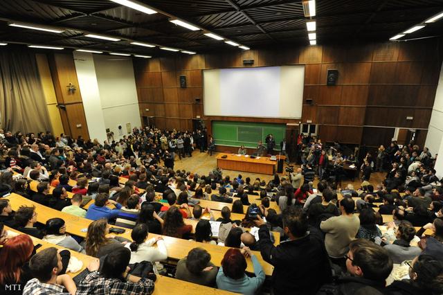 A felsőoktatást érintő kormányzati intézkedések ellen tiltakozó hallgatók a Szegedi Tudományegyetem auditóriumában 2012. decemberében