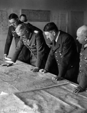 Adolf Hitler német kancellár és vezérkara Poltavában a Szovjetunió elleni offenzívát tervezik ezen 1942 májusában készült felvételen. A Volga folyó partján fekvő  iparváros kaput jelentett volna a kaukázusi olajmezőkhöz az olajban már ekkor szűkölködő német hadigazdaság számára.