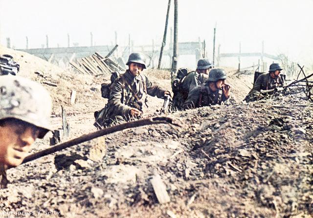 Ritka színes felvétel az ostromló Wehrmacht katonákról. A másfélmillió életet követelő 7 hónapos küzdelem gyakorlatilag teljesen megsemmisítette a 6. német hadsereget.